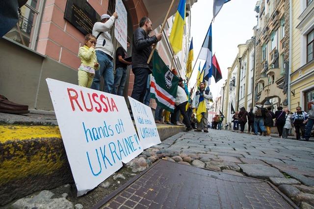 пикет-таллин-посольство-россии-украина-10